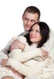 Houdend van de mens en een vrouw omhels elkaar Stock Foto's