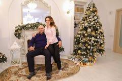 Houdend van elkaar zijn de echtgenoot en de vrouw gelukkig samen en stellend Stock Afbeelding