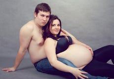 Houdend van gelukkig paar, zwangere vrouw met haar echtgenoot royalty-vrije stock afbeelding