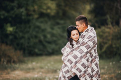 Houdend van het jonge paar genieten van in openlucht, binnen Stock Afbeelding