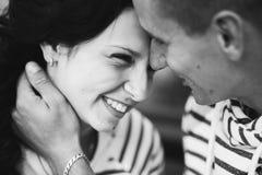 Houdend van het jonge paar genieten van in openlucht, vaag Royalty-vrije Stock Foto's