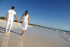 Houdend van paar bij strand Stock Afbeeldingen