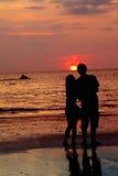 Houdend van paar bij zonsondergang Stock Foto's