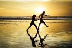 Houdend van paar bij zonsondergang Stock Foto