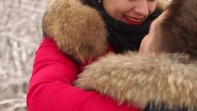 Houdend van paar in de winter in een sneeuwforestportrait stock videobeelden