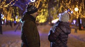Houdend van paar die in de winter lopen stock videobeelden