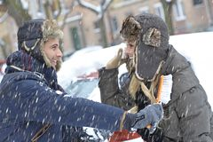 Houdend van paar die de winterpret hebben Royalty-vrije Stock Fotografie