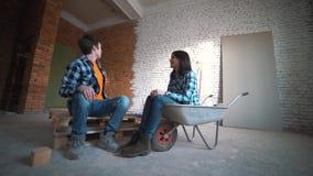 Houdend van paar die een vernieuwing in het nieuwe huis plannen stock videobeelden