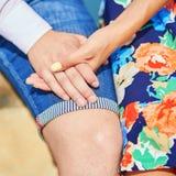 Houdend van paar die elkaars handen houden tijdens een datum stock afbeelding