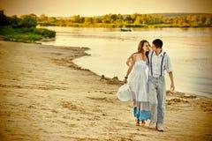 Houdend van paar die langs de kust lopen stock fotografie