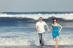 Houdend van paar die op het strand in de dagtijd lopen Royalty-vrije Stock Foto