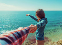 Houdend van paar die op strand rusten Royalty-vrije Stock Afbeeldingen