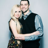 Houdend van paar die over lichtblauwe achtergrond omhelzen Het schot van de studio Stock Afbeelding