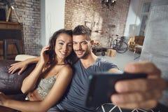 Houdend van paar die selfie maken royalty-vrije stock afbeelding