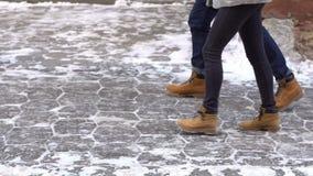 Houdend van paar die in sneeuwstad lopen stock video