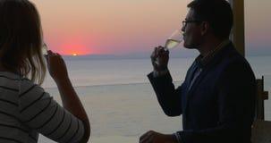 Houdend van paar die van romantische avond in kustkoffie genieten stock videobeelden