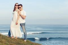 Houdend van paar die zich op het strand in de dagtijd bevinden Royalty-vrije Stock Foto