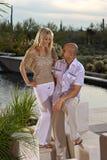 Houdend van paar door de pool Stock Fotografie