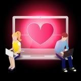 Houdend van paar gebruikend laptop en zittend op laptop Royalty-vrije Stock Foto's