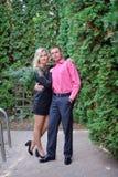 Houdend van paar in het de zomerpark Stock Foto