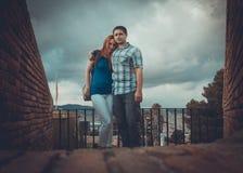 Houdend van paar in het reizen - Montjuic Barcelona stock afbeeldingen