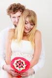 Houdend van paar met de bloemen van de suikergoedbos Liefde Stock Afbeeldingen