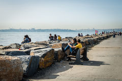 Houdend van paar op de kust van Bosphorus in Istanboel, Turkije Stock Foto's