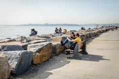 Houdend van paar op de kust van Bosphorus in Istanboel, Turkije Stock Fotografie