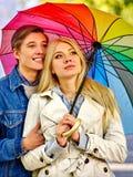 Houdend van paar op een datum onder paraplu Stock Foto's