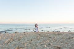 Houdend van paar op het strand stock afbeeldingen