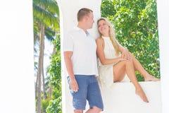Houdend van paar op tropisch eiland, openluchthuwelijksceremonie Royalty-vrije Stock Fotografie