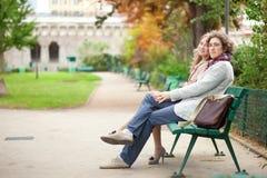 Houdend van paar in Parijs bij daling Stock Afbeeldingen