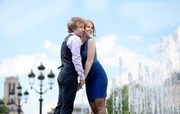 Houdend van paar in Parijs dichtbij mooie fontein stock foto