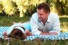 Houdend van paar in park Stock Foto