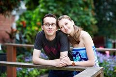 Houdend van paar in park voor gang Stock Afbeeldingen