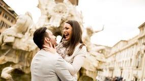 Houdend van paar in Rome, Italië stock afbeelding