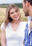 Houdend van paar, vrouw op nadruk Stock Fotografie