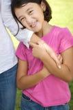 Houdende van Asain-moeder en haar dochter het glimlachen Royalty-vrije Stock Fotografie
