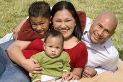 Houdende van Asain-ouders en hun glimlachende kinderen Royalty-vrije Stock Fotografie