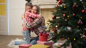 Houdende van dochter die moeder op Kerstmisvooravond omhelzen stock video