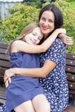Houdende van donkerbruine moeder en blonde dochter stock foto's