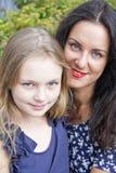 Houdende van donkerbruine moeder en blonde dochter royalty-vrije stock foto's
