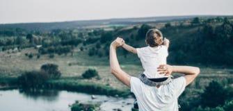 Houdende van familie Vader en zijn jongen die en van de zoonsbaby in openlucht spelen koesteren Gelukkige papa en zoon in openluc royalty-vrije stock afbeeldingen