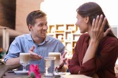 Houdende van man en vrouw die het begin van hun verhouding herinneren stock foto