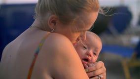 Houdende van moeder die en babydochter kussen omhelzen stock video
