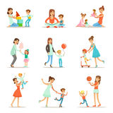 Houdende van Moeder die en van de Tijd van de Goede Kwaliteitsmama spelen genieten Stock Fotografie