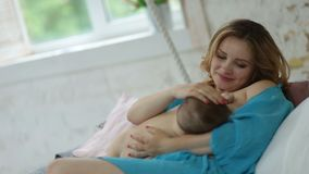 Houdende van moeder die haar aanbiddelijk babymeisje bekijken stock video