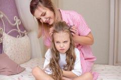 Houdende van moeder die haar droevige en nukkige dochter troosten royalty-vrije stock afbeeldingen