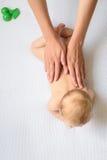 Houdende van moeder die voor haar babymeisje geven royalty-vrije stock foto