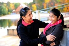 Houdende van moeder en dochter die van de herfst genieten Stock Foto